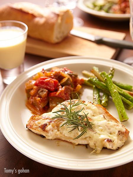 <!--鶏胸肉-->チーズとローズマリー風味のチキンソテー ラタトゥイユ添え